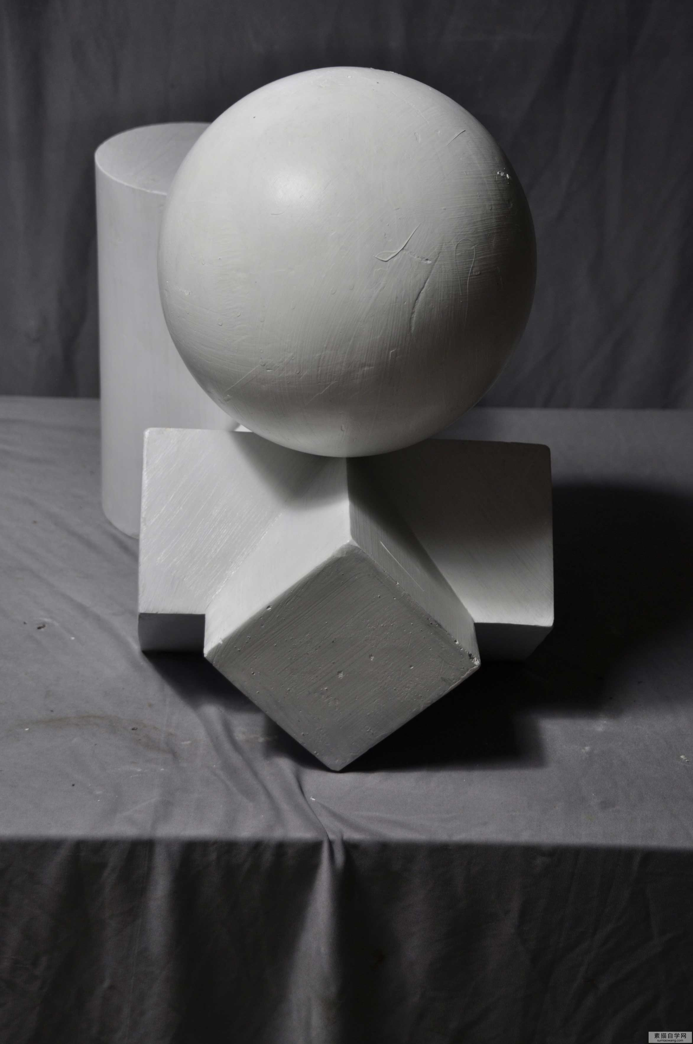 水果静物素描组合图片_圆锥贯穿体 圆柱体 八菱柱组合道具-普画网