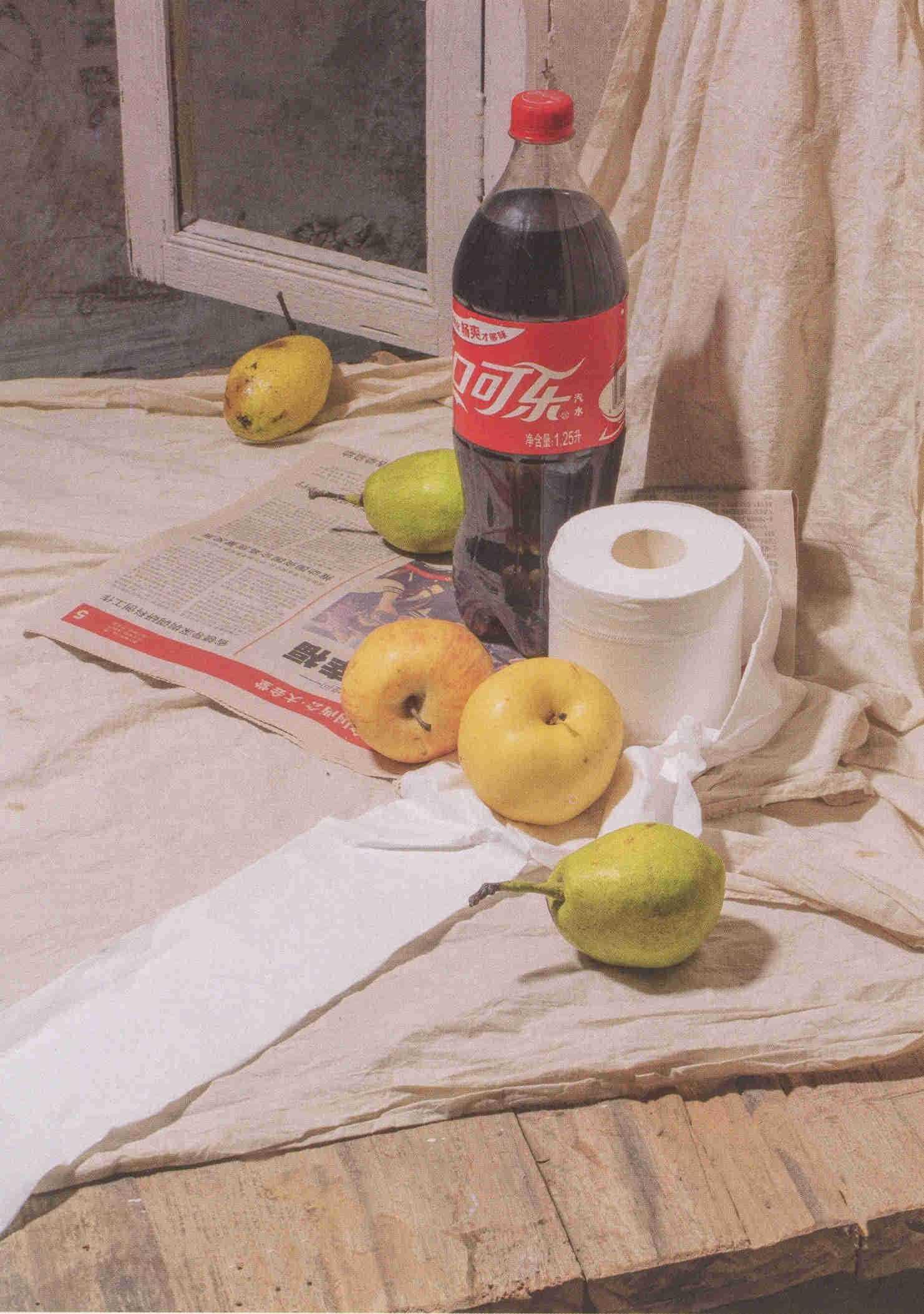 素描可口可乐瓶子、手纸、和梨子实物照片组合