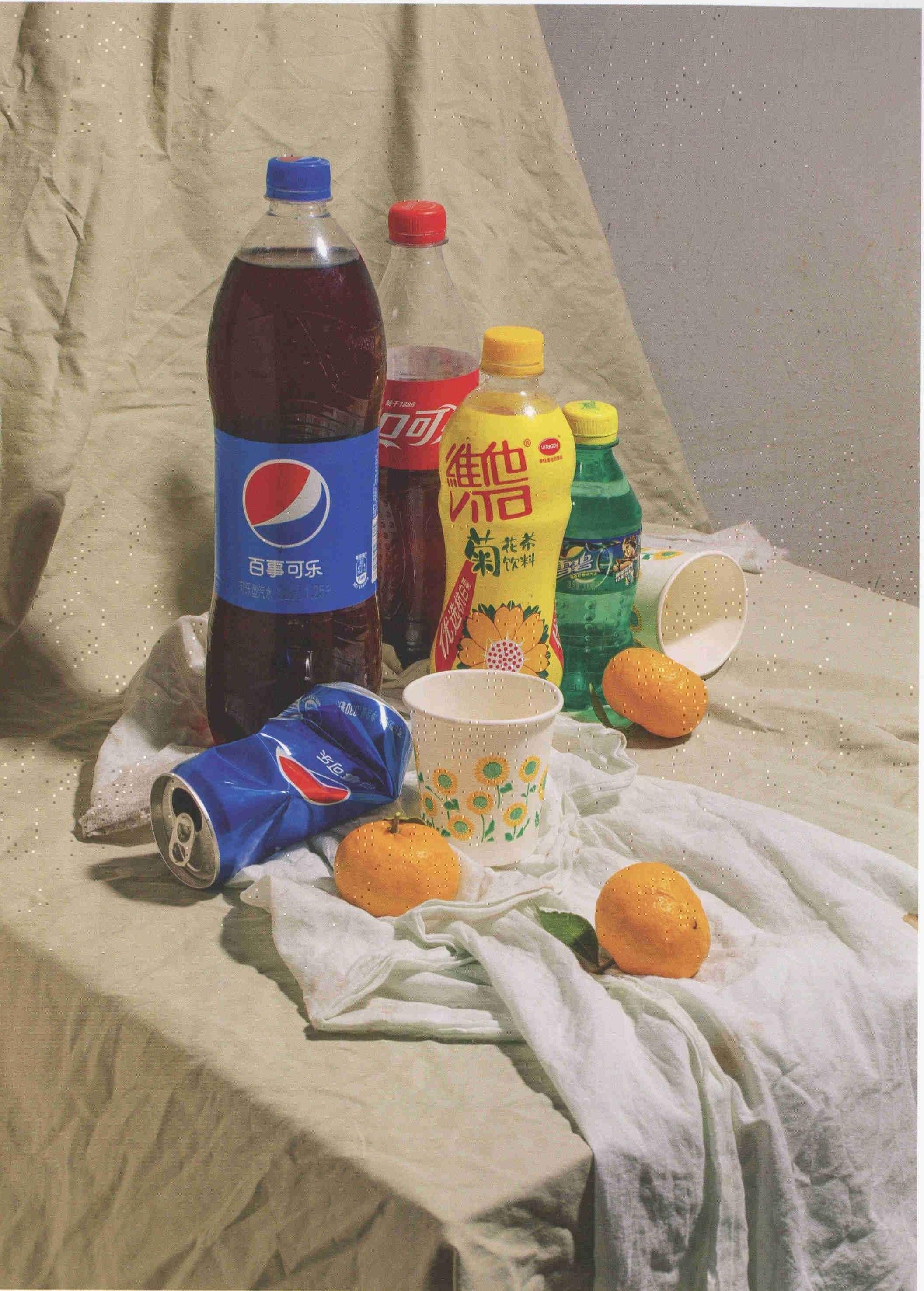 素描静物素材照片:百事可乐、雪碧等塑料瓶子组合