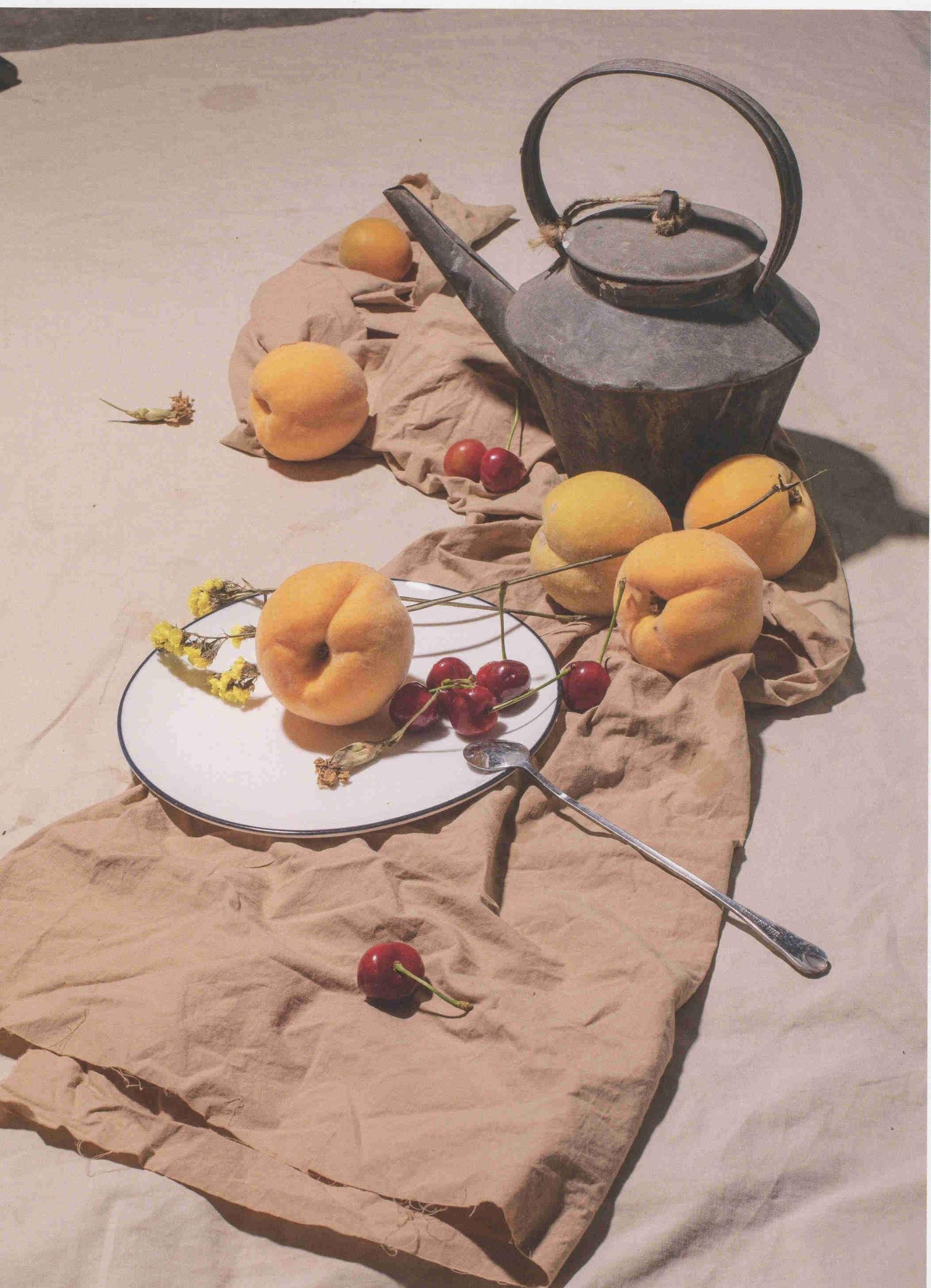 素描静物图片 素描生锈的水壶和杏、盘子油布等组合超清